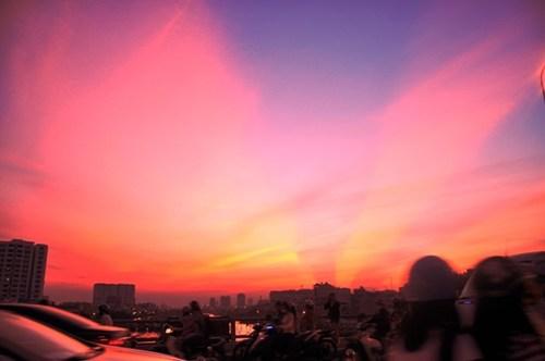 Bầu trời Sài Gòn xuất hiện ánh sáng kì lạ vào ngày lễ Vu Lan